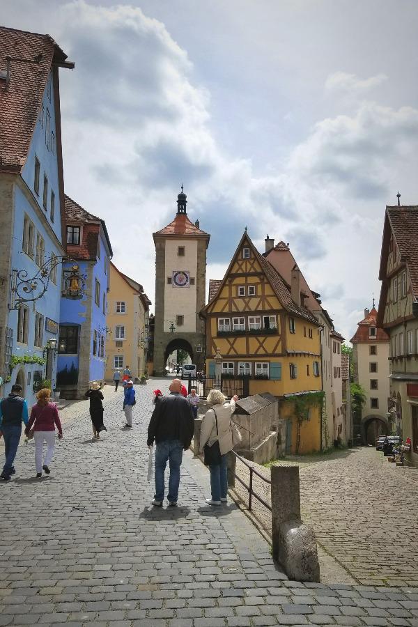 ドイツでドライブ。ロマンティック街道のローテンブルク。プレーンライン。