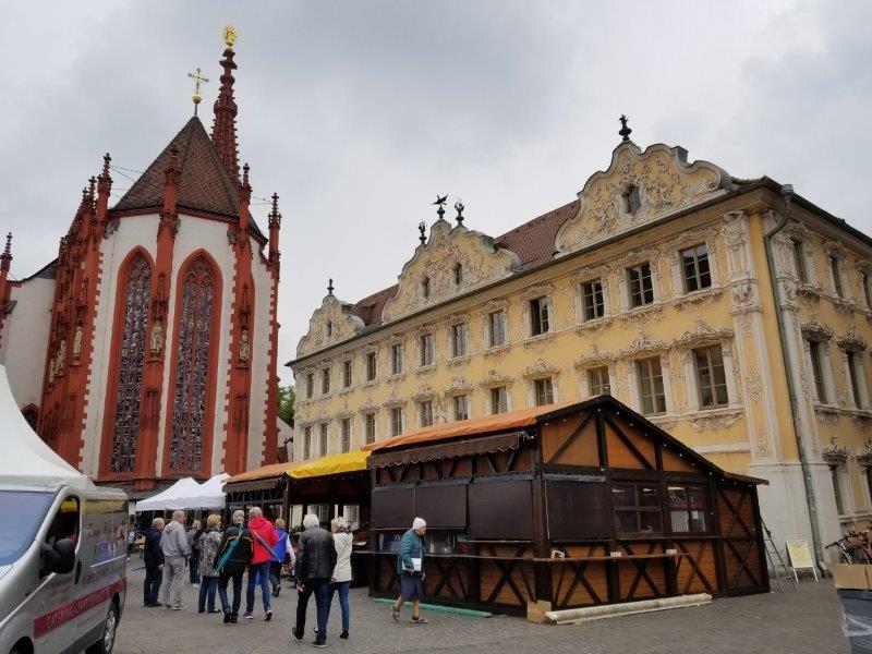 ヴュルツブルクのマルクト広場。観光案内所とマリエンカペレ。