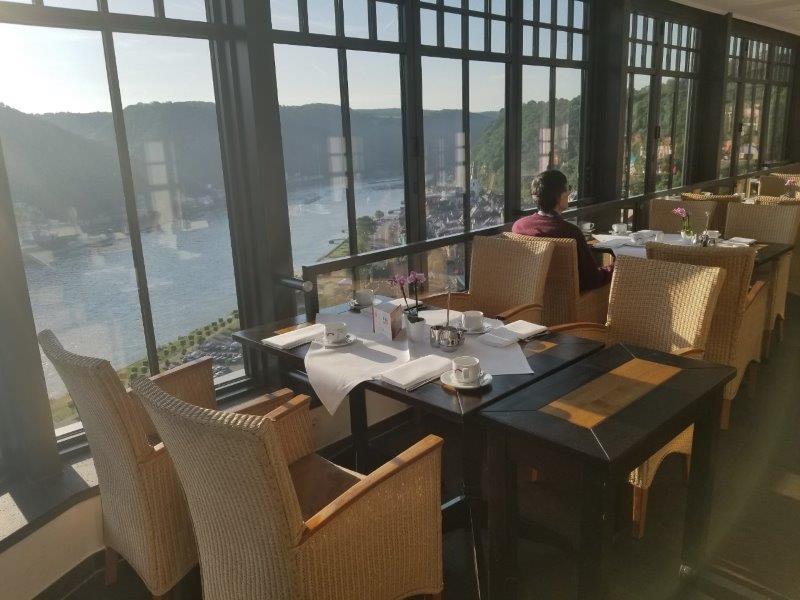 ドイツの古城ホテル、ロマンティック・ホテル・シュロス・ラインフェルス( Romantik Hotel Schloss Rheinfels)のレストラン。ライン川の眺めが素晴らしい、絶景レストラン。