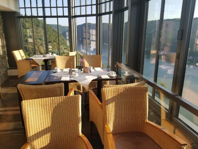 ドイツの古城ホテル、ロマンティック・ホテル・シュロス・ラインフェルス( Romantik Hotel Schloss Rheinfels)のレストラン。ライン渓谷の眺めは絶景。
