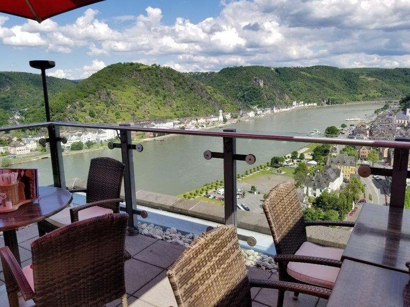 ドイツの古城ホテル、ロマンティック・ホテル・シュロス・ラインフェルス( Romantik Hotel Schloss Rheinfels)の絶景レストラン。テラス席からのライン川の眺めが素晴らしい。