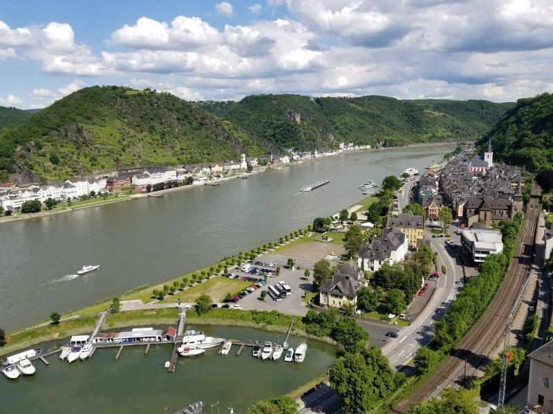 ドイツの古城ホテル、ロマンティック・ホテル・シュロス・ラインフェルス( Romantik Hotel Schloss Rheinfels)のレストラン。テラス席からのライン渓谷の眺め。