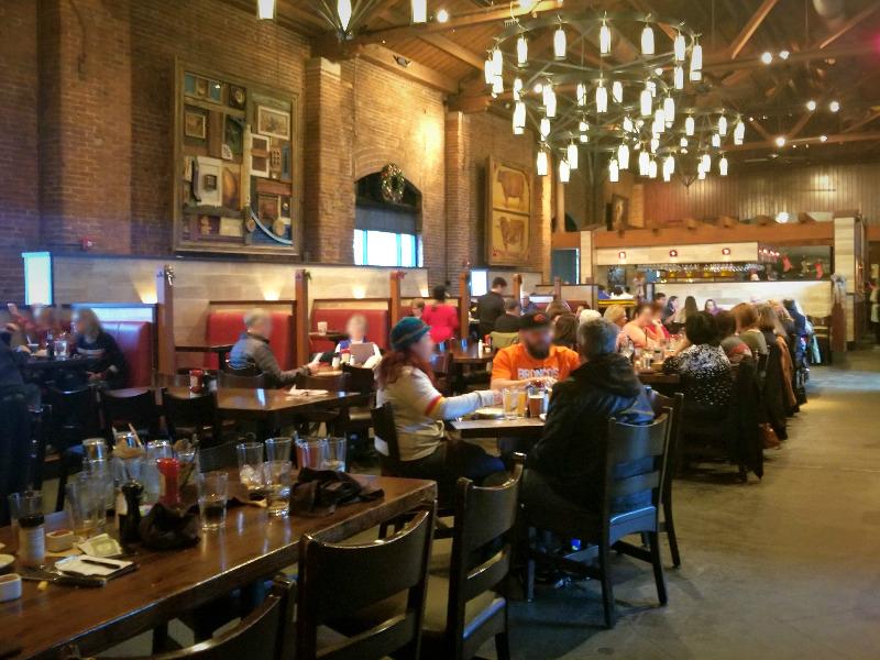 カンザスシティーのBBQレストラン「ジャック・スタック・バーベキュー(Jack Stack Barbecue)」。忙しい店内。