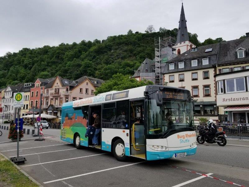 ドイツの古城ホテル、ロマンティック・ホテル・シュロス・ラインフェルス( Romantik Hotel Schloss Rheinfels)行きのシャトル。サンクト・ゴアの街にあるバス亭。