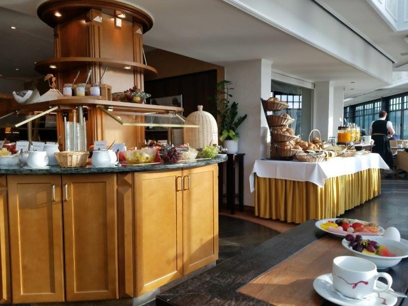 ドイツの古城ホテル、ロマンティック・ホテル・シュロス・ラインフェルス( Romantik Hotel Schloss Rheinfels)のレストラン。朝食ビュッフェ。