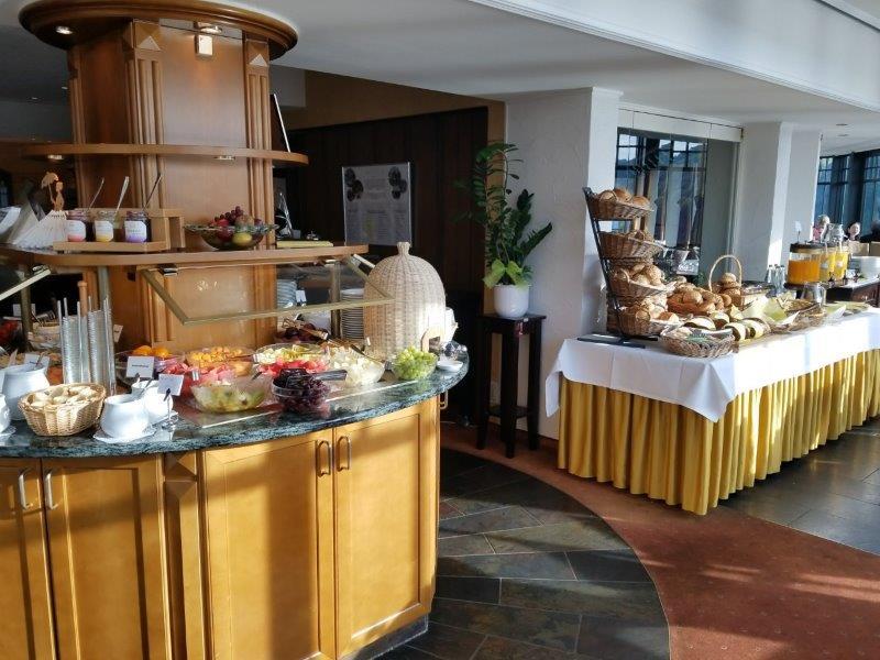ドイツの古城ホテル、ロマンティック・ホテル・シュロス・ラインフェルス( Romantik Hotel Schloss Rheinfels)のレストラン。絶景朝食ビュッフェ。