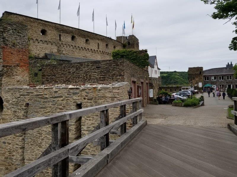 ドイツ・ライン渓谷の古城ホテル、ロマンティック・ホテル・シュロス・ラインフェルス( Romantik Hotel Schloss Rheinfels)の入り口