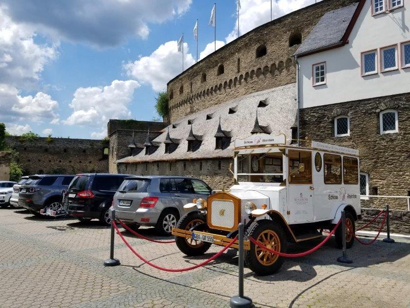 ドイツ・ライン渓谷の古城ホテル、ロマンティック・ホテル・シュロス・ラインフェルス( Romantik Hotel Schloss Rheinfels)のレトロカー