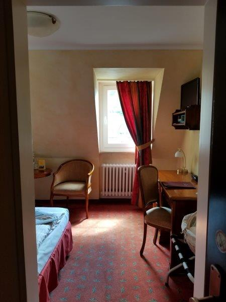 ロマンティック・ホテル・シュロス・ラインフェルス( Romantik Hotel Schloss Rheinfels)の寝室とインテリア。