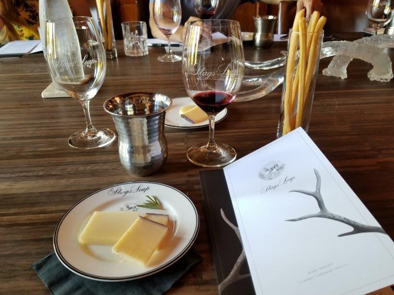 ナパのスタッグス・リープ・ワイナリー (Stags' Leap Winery)。ワインとチーズのテイスティング。
