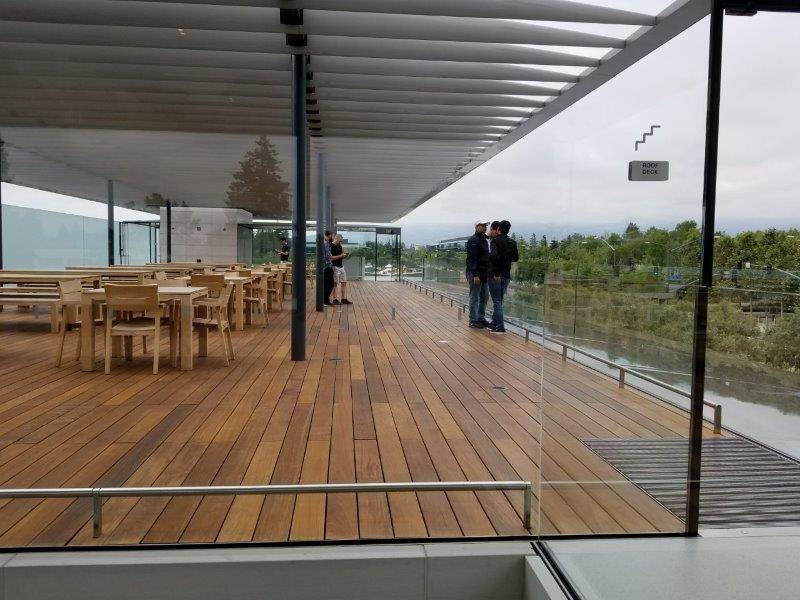 カリフォルニア州シリコンバレーのクパチーノにあるアップル本社。モダンなビジターセンター(アップルパーク)。2階のルーフデッキ。