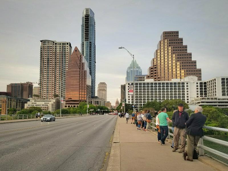 テキサス州・オースティン。コウモリ見物の名所「Congress Avenue Bridge」。