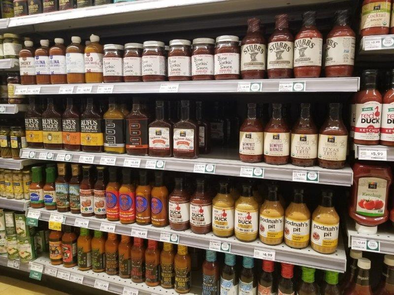 アメリカのスーパーマーケットのバーベキューソース売り場。