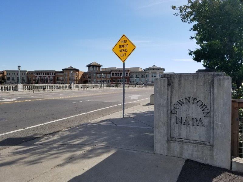 カリフォルニア州・ナパのダウンタウン。ナパ川(Napa River)にかかる橋。