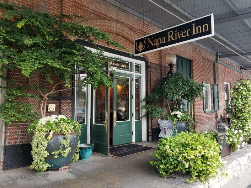 ナパ・ダウンタウンのホテル、ナパ・リバー・イン(Napa River Inn)。入り口。