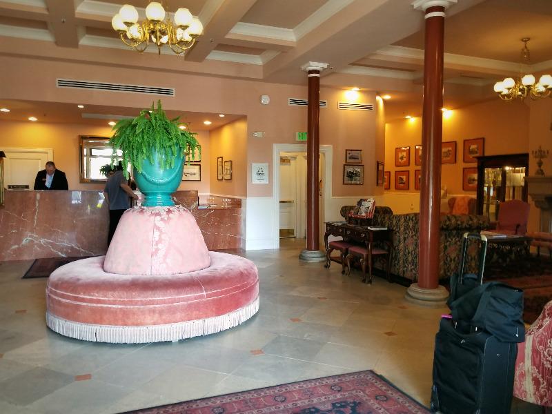 ナパ・ダウンタウンのホテル、ナパ・リバー・イン(Napa River Inn)。ロビー。