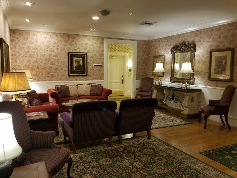 ナパ・ダウンタウンのホテル、ナパ・リバー・イン(Napa River Inn)。アンティークなリビング。