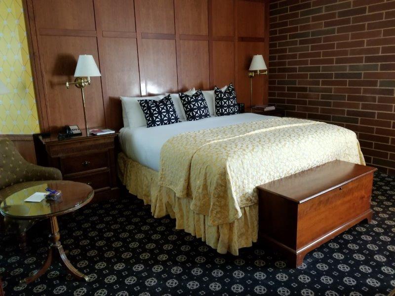 ナパダウンタウンのホテル、ナパ・リバー・イン(Napa River Inn)。ベッドルーム。