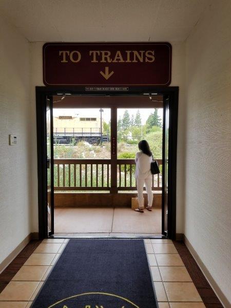 カリフォルニア州・ナパのワイン列車の駅。搭乗口。(ナパバレー・ワイン・トレイン)