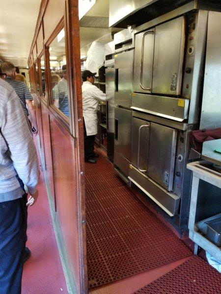 カリフォルニア州・ナパのワイン列車。厨房。(ナパバレー・ワイン・トレイン)