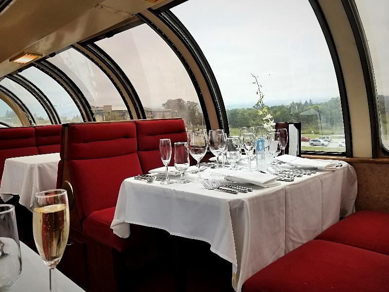 カリフォルニア州・ナパのワイン列車。ビスタドーム展望席。(ナパバレー・ワイン・トレイン)