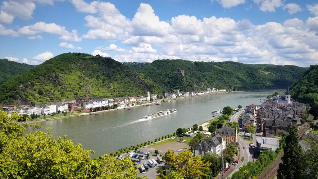 世界遺産のライン渓谷を遊覧船で巡る、ライン川クルーズ。古城から撮影。