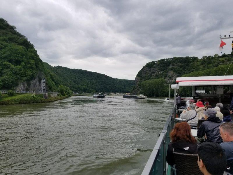 ドイツ旅行・ライン川クルーズ。ローレライの岩に近づく。