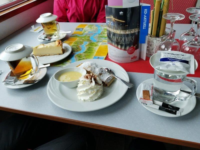 ドイツのライン川クルーズ。遊覧船の軽食。ケーキと紅茶。