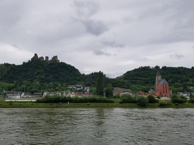 ドイツ・ライン川クルーズ。オーバーヴェーゼルの街と古城「ホテル ブルク アウフ シェーンブルク」