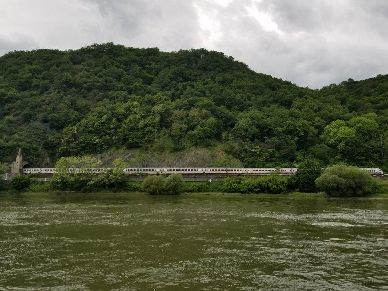 ドイツ・ライン川クルーズ。ライン川沿いを走る列車。