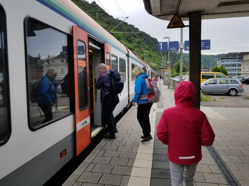 ザンクトゴアールスハウゼン駅。ライン川沿いを走る列車。