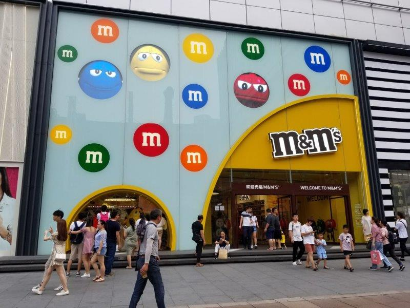上海の繁華街「南京東路」。M&M's。