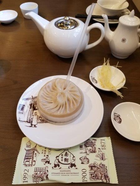上海の豫園にある小籠包レストラン「南翔饅頭店」本店。「蟹黄灌湯包」