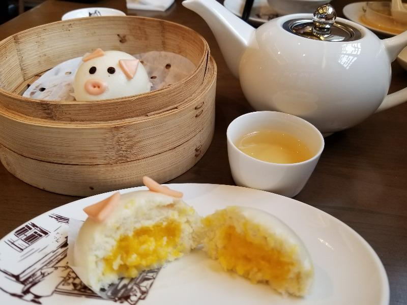 上海の小籠包レストラン「南翔饅頭店」。ブタのカスタード饅頭。