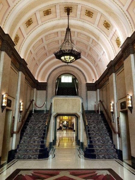 上海のフェアモント・ピース・ホテル。アールデコが美しい内装。