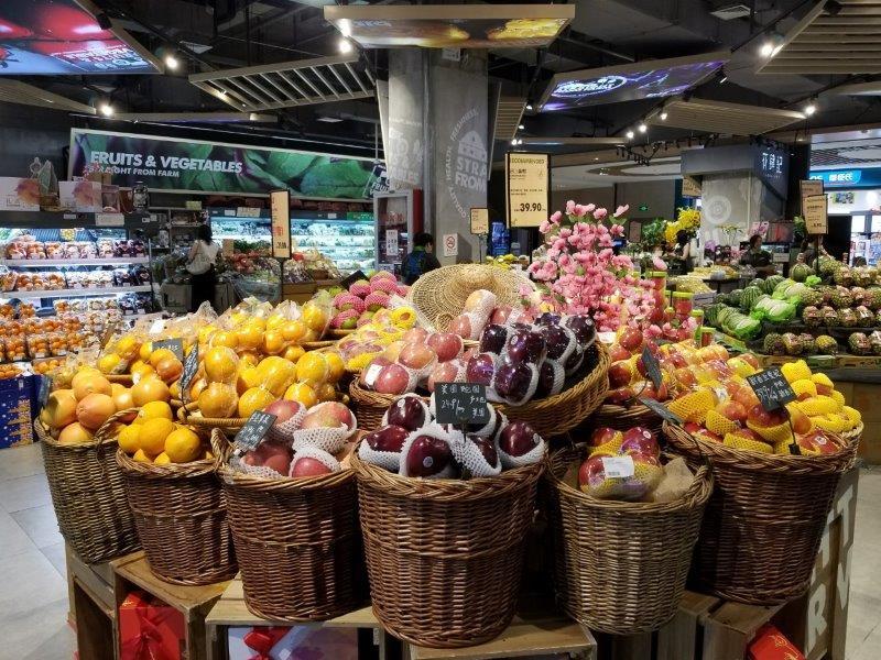 上海近郊の七宝。ショッピングモールのスーパーマーケット。