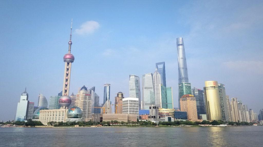 上海観光。外灘から眺める浦東(プドン)地区の超高層ビル群