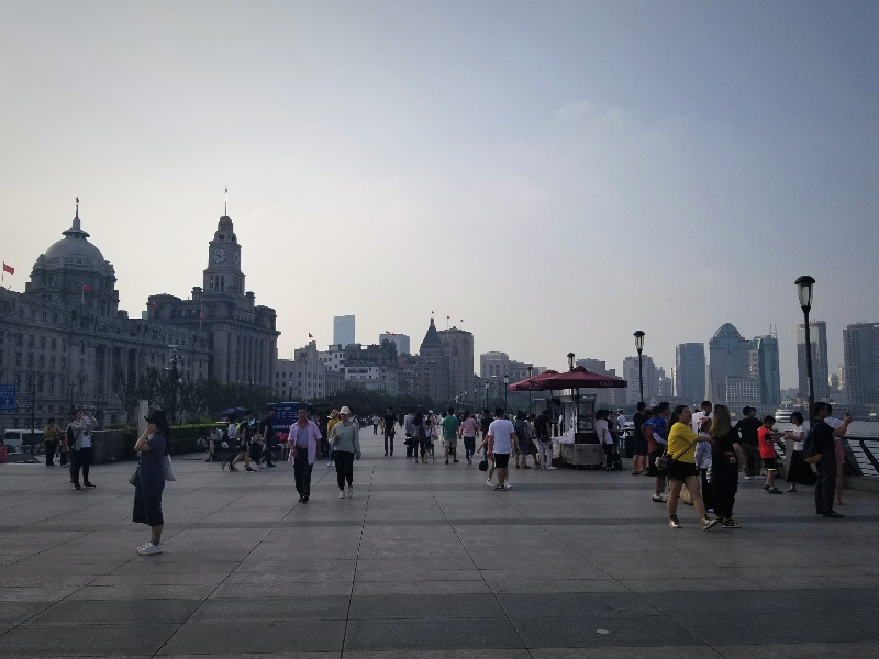 上海の観光スポット、外灘(ワイタン)。黄浦江沿いの歩行者天国。