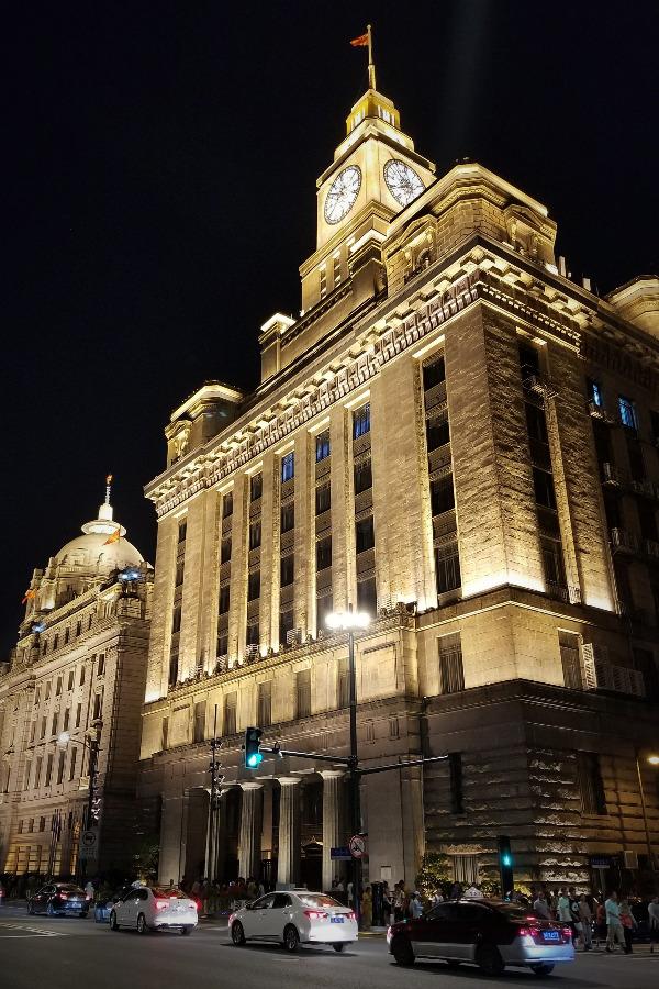 上海観光・外灘の西洋建築のライトアップ。