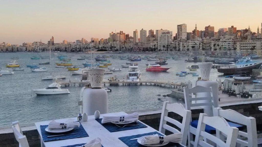 地中海を眺めながら食事ができる、アレクサンドリアのシーフードレストラン・「White and Blue」