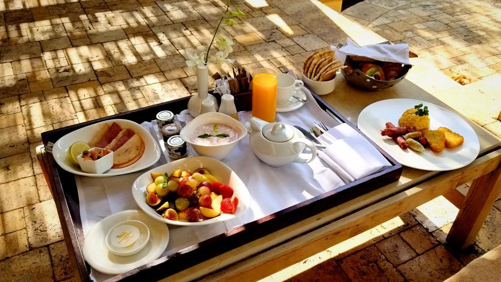 ヨルダンの死海リゾート。ホテル朝食。