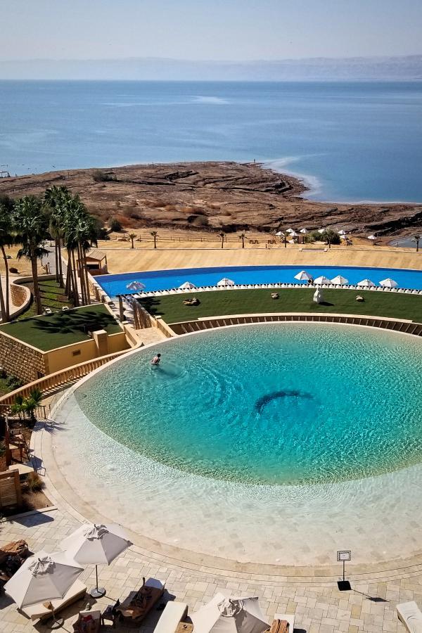 ヨルダンの死海リゾート。浮遊体験ど泥パック。