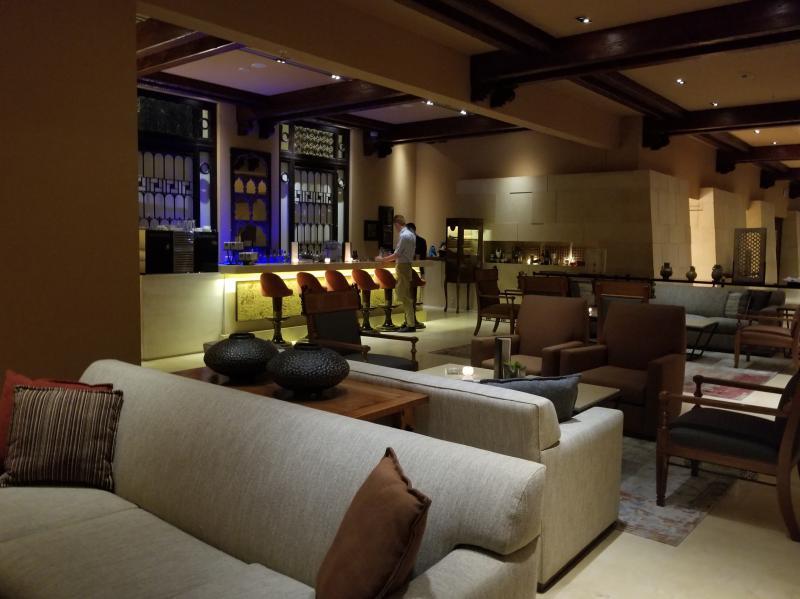 ヨルダンの死海リゾート。ケンピンスキー ホテル イシュタール デッド シー(Kempinski Hotel Ishtar Dead Sea)。バーとラウンジ。