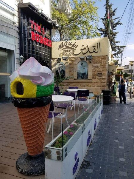 ヨルダンの首都アンマンのレインボー通り