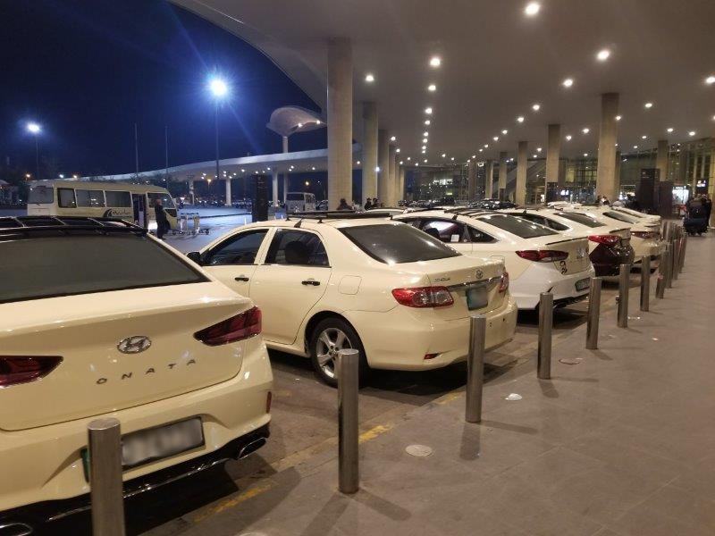ヨルダンの首都アンマン。クィーンアリア国際空港(Queen Alia International Airport)のタクシー乗り場