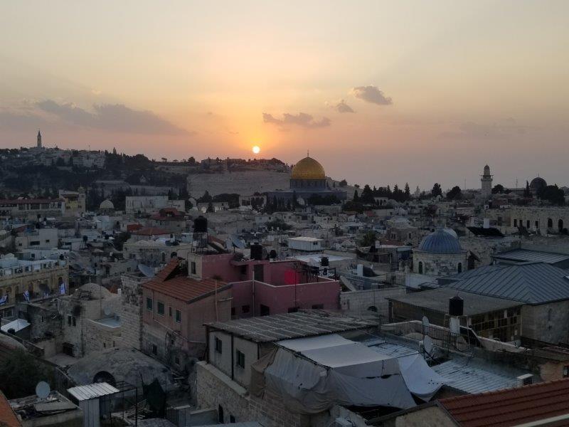 イスラエル旅行・エルサレムの日の出。旧市街の「ハシミ・ホテル(Hashimi Hotel)より」。
