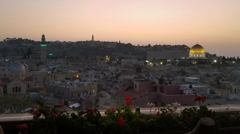 イスラエル旅行・エルサレムの夜明け。旧市街の「ハシミ・ホテル(Hashimi Hotel)より」。