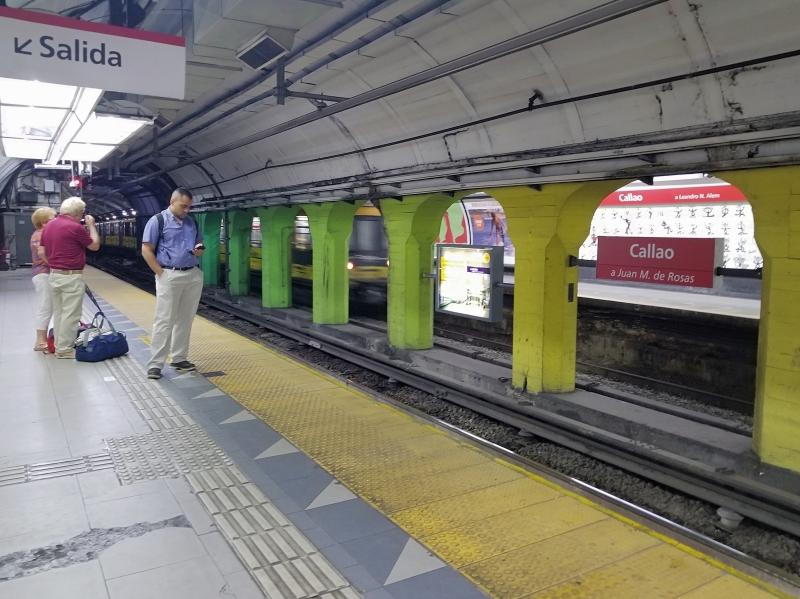 ブエノスアイレスの地下鉄の駅のホーム