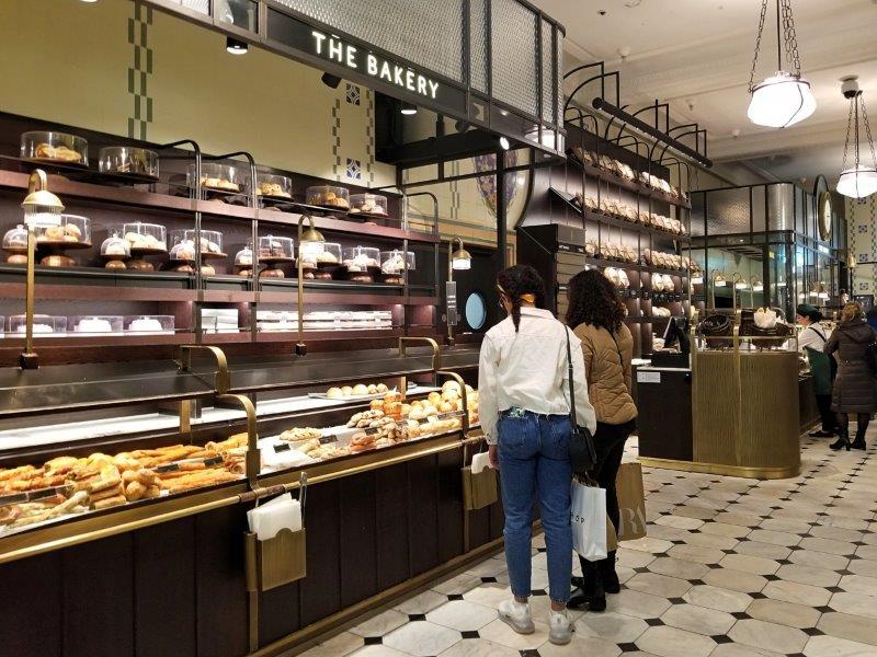 ロンドンの老舗高級百貨店ハロッズ (Harrods) の食品街